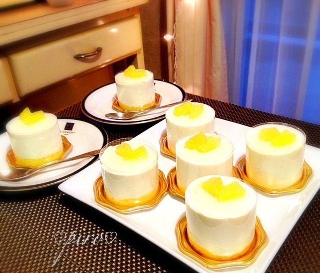 こんばんは  パイナップルのクリームチーズムース  中には細かく切ったパイナップルが入ってます。  パリのL'Atelier de Joel Robuchonのデザートがパイナップル入りのクリームチーズムースだった記憶です✨ - 759件のもぐもぐ - パイナップルクリームチーズムース   pineapple cream cheese mousse by ピロ