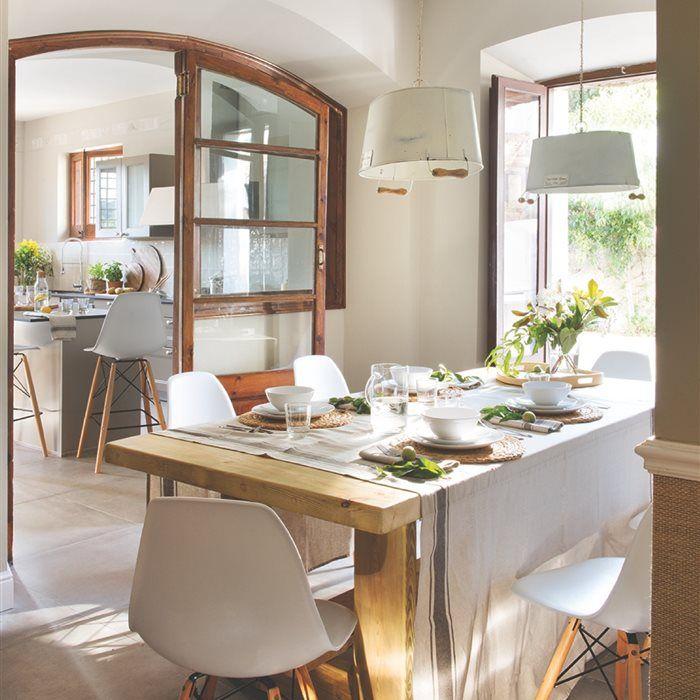 Luminosa y casi etérea esta casa tiene las paredes blancas, mobiliario en tonos claros y madera blanqueada