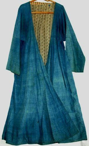 Uzbek front 藍ハラトウズベキスタンのコート、ハラトです。脇にギャザーが入っていますので身ごろはかなりゆったりしています。  裏は付いていますが、薄物ですので夏用です。  裏に綻び、補修があります。藍先染めの手織りです。   かなりしっかりとよられた糸ですので布自体も厚めのものではありません