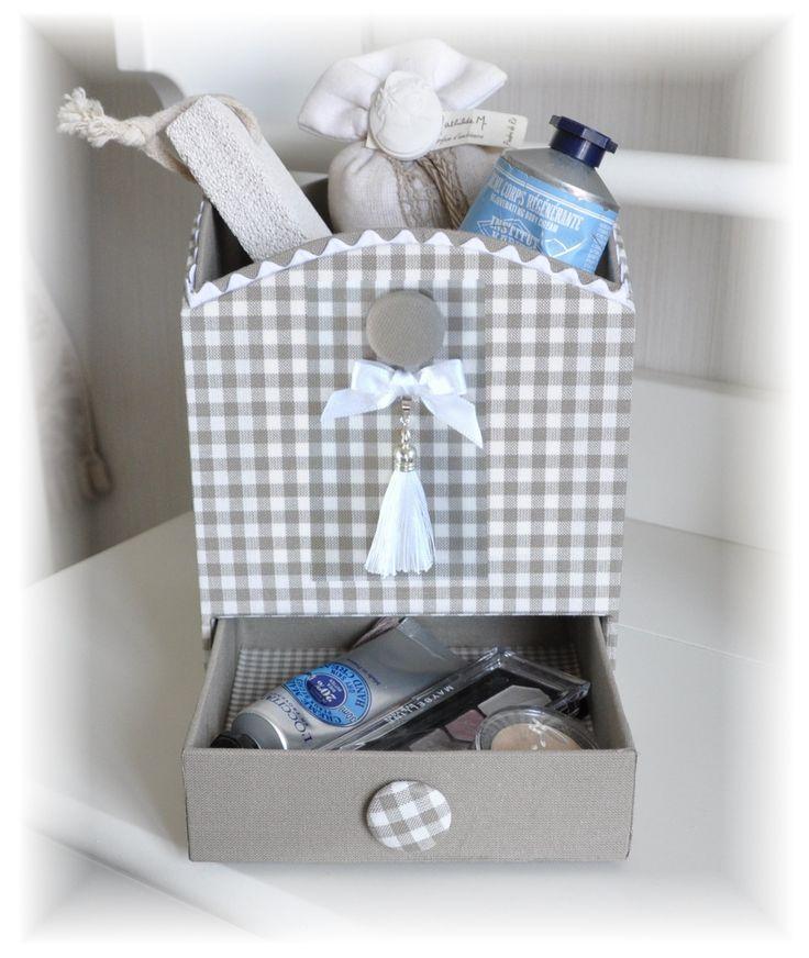 """Boîte à Tiroir """"L'instant Beauté"""" (fiche seule)  Dimensions de la boîte : H 17 x L13,5 x P 13,5 cm  En tissu de coton blanc et taupe (ou couleur à votre goût).  Fiche explicative pour le montage de la boiteavec photosdétaillées de toutes les étapes defabrication.  (les accessoires : tissus, pompons, noeud de satin, et boutons ne sont pas fournis, vous les trouverez en vente dans la boutique )"""