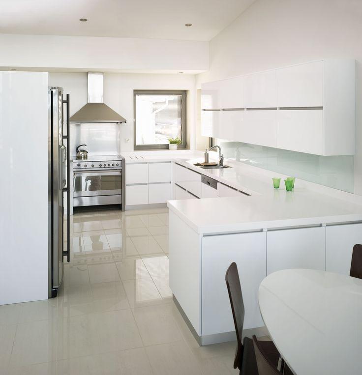 Valkoiset, sileät kaapistot avartavat keittiötä. #puuvaja