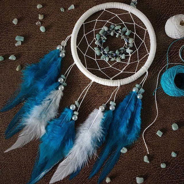 Как мне полюбились ловцы с осколками камней! В этом-нефрит и лазурит 💚💙 В составе перья петуха, натуральные камни, замшевый шнур, хлопковые нити. Диаметр кольца-11 см. . . . #уникальныевещи#сны#ловецснов#петропавловск#ann_dream#dream#подарок#bohostyle#амулет#dreamcatcher#уникальныеподарки#ловцыснов#boho