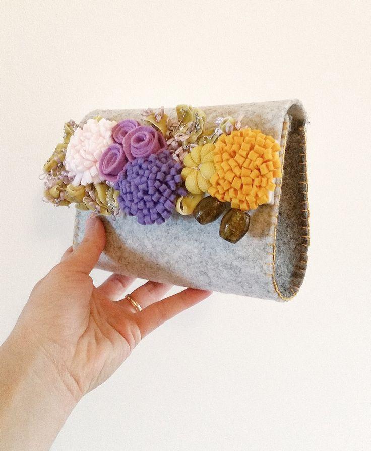 Borsa pochette Olivia in feltro ghiaccio, riccioli in velluto, fiori dal senape al viola e olive in vetro soffiato