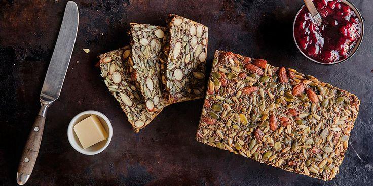 Bak glutenfritt brød med bare fire ingredienser! Oppskrift på saftig og sunt glutenfritt brød med nøtter. Dette brøder holder seg ferskt lenge.