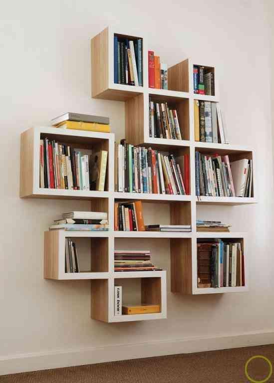 Muy buena biblioteca fuera de lo común, totalmente desordenada en tamaño de estantes