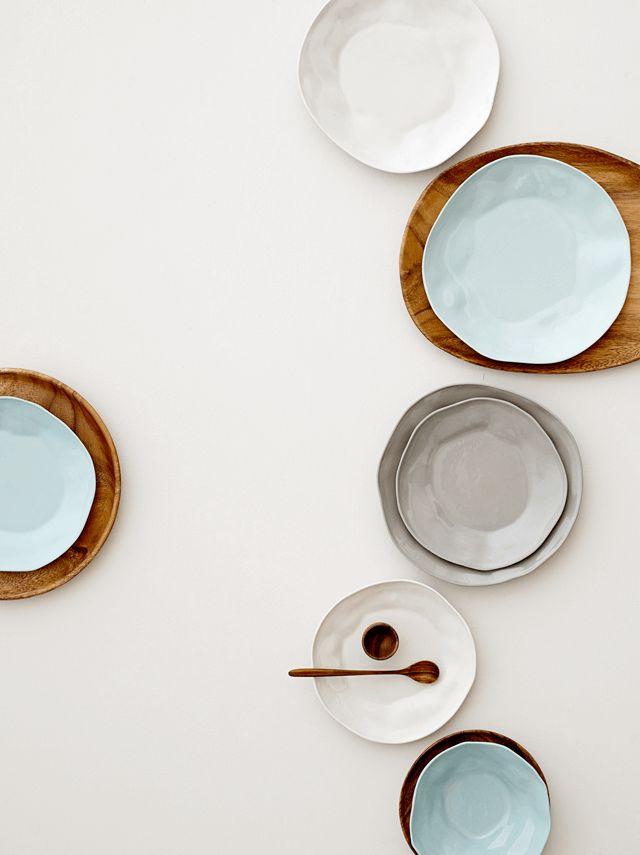 Mi interés por la cerámica es creciente, cada vez valoro más el trabajo artesanal y me atraen los pequeños detalles: bordes dorados, distintas imperfecciones...etc. Hoy os muestro estas imágenes de...
