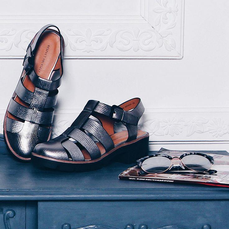 Привет, футуризм! В этом сезоне особая любовь отдана серебру и меди 💛Среди наших фаворитов – ультрамодные металлизированные сандалии на небольшом каблуке! 👍 Сандалии: IS56-093408/8 Очки: J174472-2z #respectshoes #iloverespect #shoes #ss17 #shopping #обувьреспект #шоппинг #весна #веснавrespectshoes