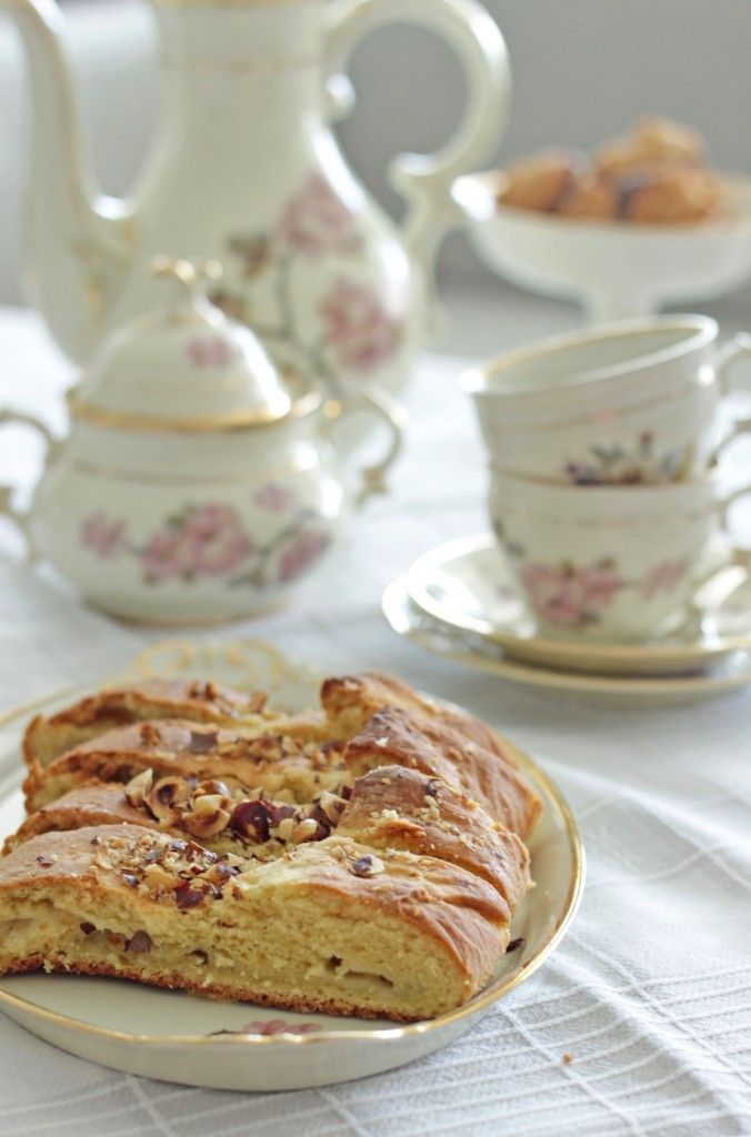 Old-fashioned cake with gooseberries