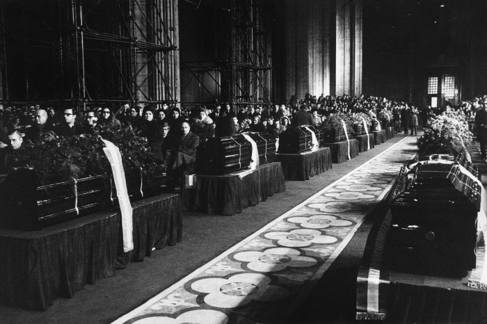 The coffins of the victims of the piazza Fontana massacre are placed in the central nave of the Cathedral . Milan, 15th December 1969 MONDADORI PORTFOLIO/Sergio Del Grande