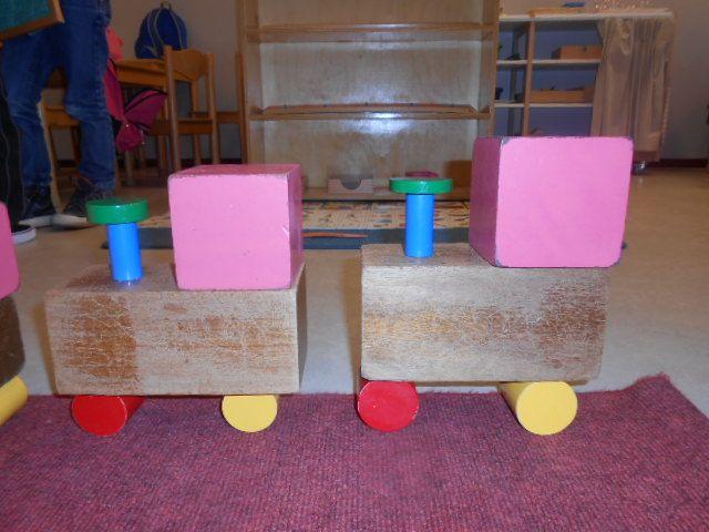 treinconstructie : roze toren en bruine trap - MontessoriNet