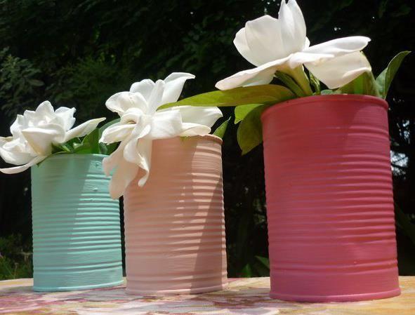 Latas de colores con jazmines para una tarde de sol
