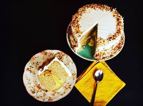 Pastel de coco y crema de limón. Pequeña (10 a 15 porciones) $36.000// Mediana (20 a 25 porciones) $ 46.000// Grande (26 a 32 porciones) $ 55.000// Masa blanca y esponjosa obtenida a través de la leche de coco, relleno de crema de limón también a base de leche de coco, y terminada por una lluvia de coco tostado. Un pastel tropical que no dejará a nadie indiferente.