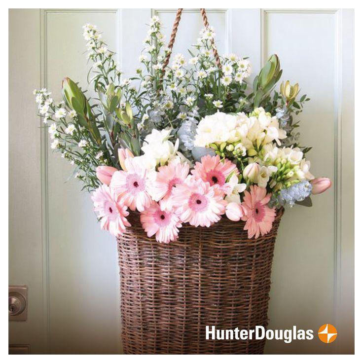 Las flores primaverales no solo llenan de vida las áreas verdes, también son una gran opción para decorar esos rincones especiales de tu hogar! #HunterDouglas #Deco #Flores #Espacios