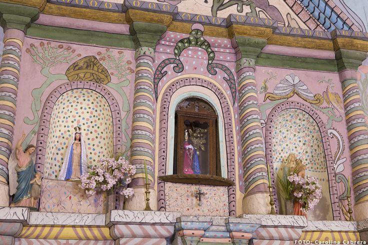 La iglesia en Hualfín, Catamarca. Colores y estilo naif.