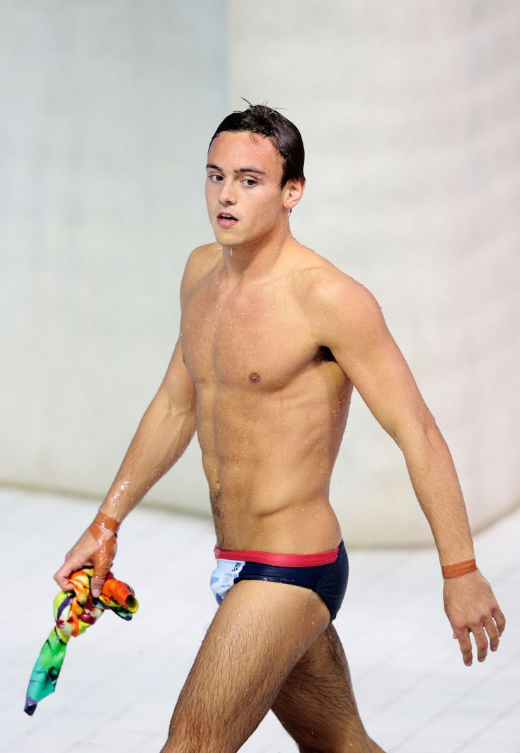 """The British diver tells <i><a href=""""http://www.mirror.co.uk/news/uk-news/tom-daley-am-not-gay-2258873"""">Mirror Online</a></i> that he loves his gay fans but isn"""