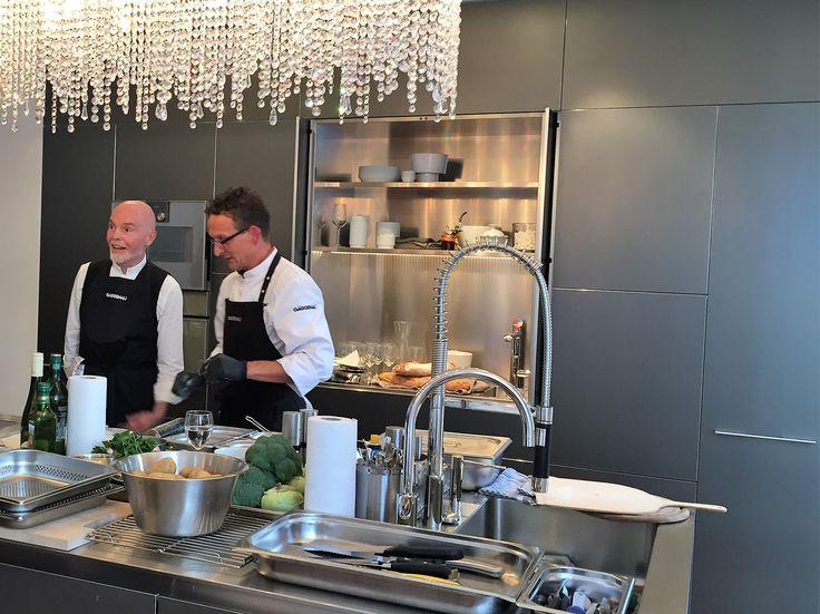 Herr Höfer und unser toller Gaggenau Koch beim erklären des köstlichen Menüs  #gaggenau #bulthaupblaserundhoefer #blaser #höfer #bbh #blaserundhoefer #bulthaupköln #bulthaup #showroom #köln #marienburgköln #marienburg #lindenallee #küche #kitchendesign #bbhvilla #bulthaupvilla #kochevent #bulthaupevents