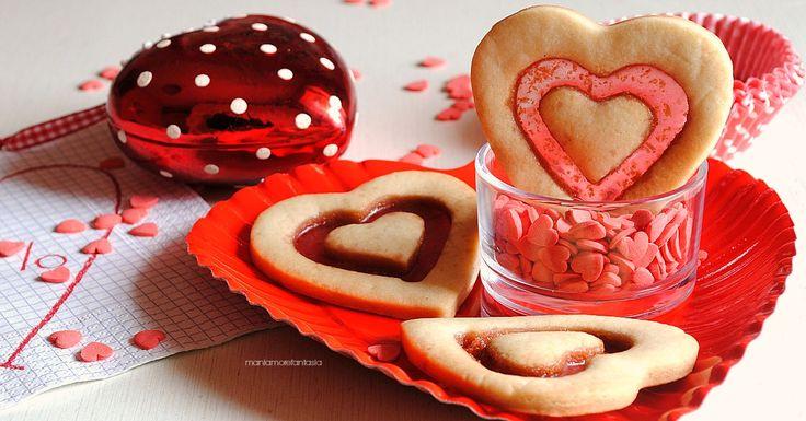 Biscotti San Valentino con doppio cuore e vetrino! Preparate la pasta frolla, procuratevi delle caramelle rosse e realizzateli col passo passo.