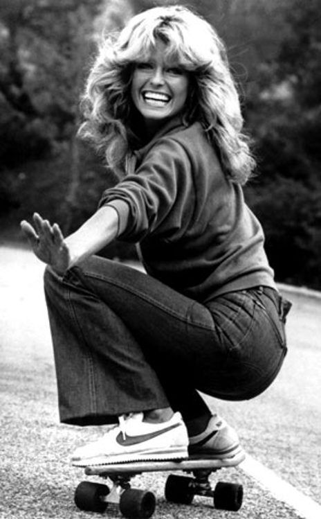 Classic Farrah Fawcett in #darkwash #denim to all those who aspire to the perfect feather flip. someday i will have this haircut