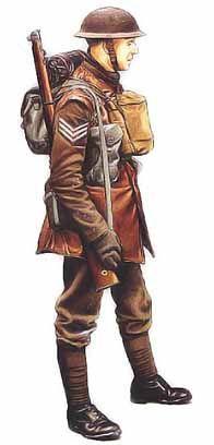 Sergent, Welsh Guards, division royale, 1940 Ce sergent est vêtu d'une tenue de service kaki avec une culotte de golf et de longues bandes molletières, une configuration dépassée en 1940 et qui avait été majoritairement remplacée par le battle-dress. Ce dernier, porté pour la première fois en 1937, comprenait une vareuse évasée à partir de la taille et un long pantalon ample resserré aux chevilles. Malgré cette tentative de modernisation, le nouvel uniforme restait peu pratique, même si il…