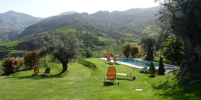 LA ALMUNIA DEL VALLE - Monachil :: Stijlvol landelijk boutique hotel (11 kamers) in Monachil aan de voet van de Sierra Nevada. Kiezen tussen La Alhambra en bergen van 3.000 meter hoog. Wandelroutes starten voor de deur. Meer info: www.escapada.eu/la-almunia-del-valle