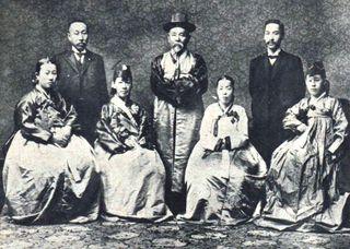 韓国へ修学旅行に行かされる生徒たちのために。真実の日韓の歴史。【拡散希望】伊藤博文は、朝鮮服を来て、朝鮮への敬意と親愛の情を示しました。 中央が伊藤博文公です。もともと日韓併合には慎重論で、韓国が中国の奴隷国に再びならぬほど、また共産国家ロシアに呑み込まれぬよう十分に富み、独立できる力がつくまでの併合である、と記したメモも近年見つかっています。