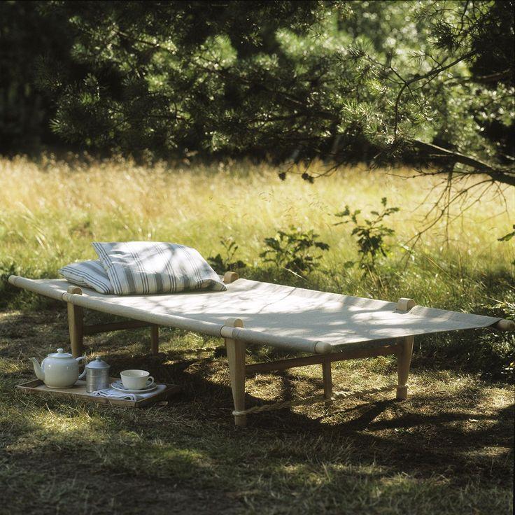 La banquette d'appoint, OGK Safari Daybed, créée en 1962 par le designer Ole Gjerløv-Knudsen, est fabriquée au Danemark. Avec son design épuré et élégant, cette banquette d'appoint sera superbe en intérieur dans un salon, une chambre, une salle de bains, ou une entrée. <br /> Initialement conçu pour le fils du designer, qui s'embarque dans un voyage de camping, cette banquette d'appoint en bois de hêtre avec une toile de jute naturel, est facilement transportable e...