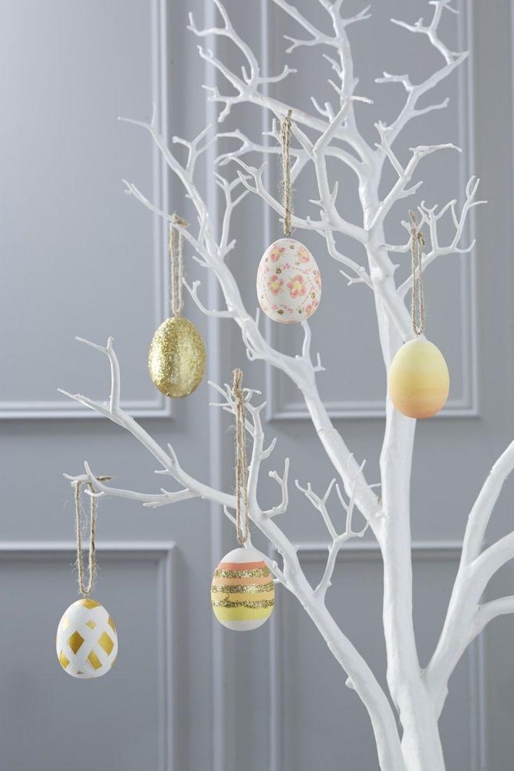 minimalistische Osterdekoration - weißen Baum, simple Eier in Gold