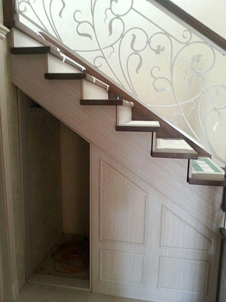 Под лестницей расположена кладовка