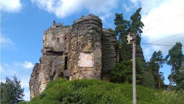 Skalní masiv s hradem ve Sloupu v Čechách ne náhodou připomíná zmenšený model…
