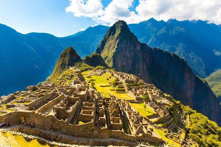 Land van de Inca's, van de Andes, van lama's, condors en kleurig geklede vrouwen: dat is natuurlijk Peru! Hier duik je de bijzondere wereld van oude volkeren en Spaanse kolonisten in. Je vertrekt voor een reis door zeven verschillende steden, vol boeiende ontmoetingen met locals en eeuwenoude sites. In 14 of 18 nachten volg je de 'Gringo Tour', de klassieke route die je langs de highlights van het land voert. Avontuurlijke reizigers kiezen voor de langere rondreis en duiken no...