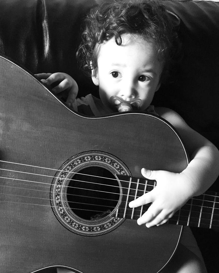 A musicalização desperta o lado lúdico aperfeiçoando o conhecimento, a socialização, a alfabetização, inteligência, capacidade de expressão, a coordenação motora, perceção sonora e espacial e matemática. #musica #musicalizaçãoinfantil #musicoterapia #gestantes #maternidade #blogmaternal #saudesonora #mamaezen #musicalizaçãoparabebes #musical #instamommy #instababy #sharelove #miobimbo #riodasostras #som