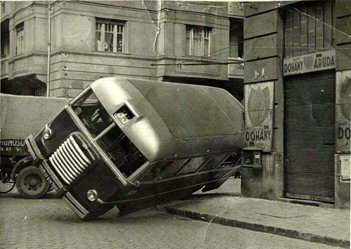 1949. A 33-as busz balesete a Csanádi utca  Pozsonyi út sarkán