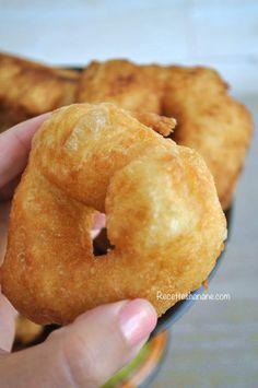 """Après la brioche Marocaine, voici la recette des fameux beignets """"Sfenj"""", une spécialité très populaire, une """"star"""" de la cuisine de rue dans mon cher pays natal. Avant de vous parler de cette recette, je tiens à m'excuser auprès de toutes les personnes..."""