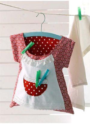 Questo simpatico porta mollette può essere una simpatica idea da regalo fai da te .  La sua forma è quella di un vestitino da massaia...