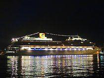Το Costa Magica βράδυ στον Πειραιά. Το πρώτο κρουαζιερόπλοιο του 2013. 02/01/2013.