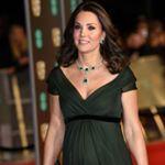 Era la más esperada de la noche pero nos ha decepcionado el look de Kate Middleton en los Premios BAFTA. Su vestido verde botella de @jennypackham con corte imperio no era el más favorecedor con su