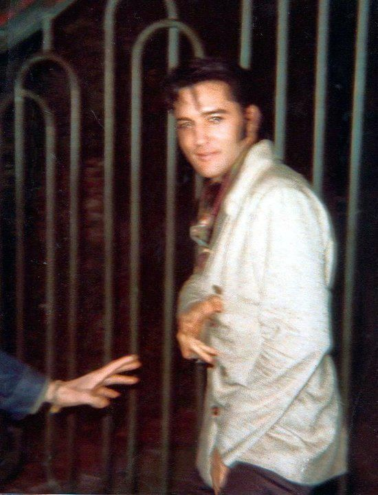 Elvis in december 5, 1968 at the gates of his L-A house .