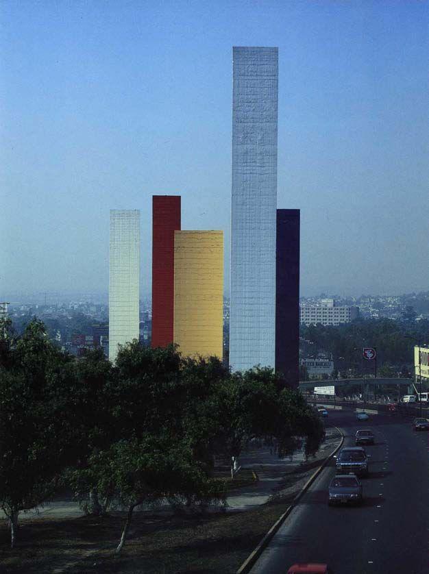 Torres de Ciudad Satélite, Naucalpan, Estado de México, 1957-1958. Arquitectos: Luis Barragán, Mathías Goeritz y Jesús Reyes Ferreira