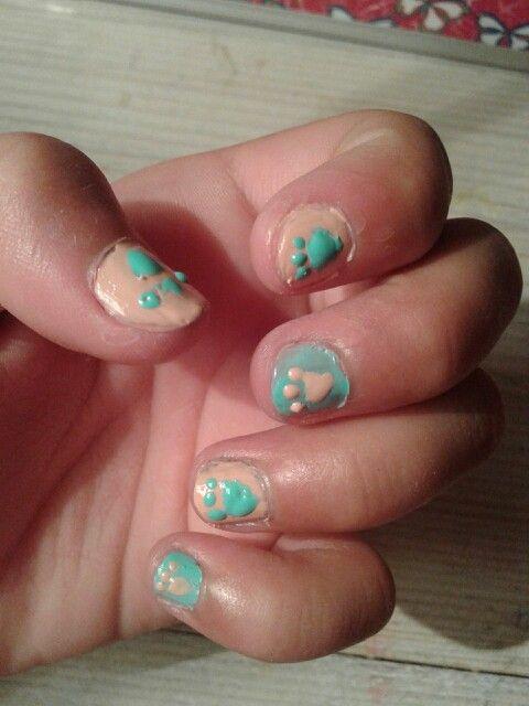Stap 1 : maak je nagels helemaal schoon met een nagellak waar acetone in zit Stap 2 : vijl je nagels mooi rond Stap 3 : begin met de eerst laag nagellak ik heb voor nude en blauw gekozen ik begin met nude  Stap 3 : breng een 2de laag aan  Stap 4 : begin met het maken van een rondje met een beetje een puntige onderkant Stap 5 : maak op de rondjes 1 stipje ernaast en 3 er boven  Stap 6 : breng een laag top coat aan en dan ben je klaar