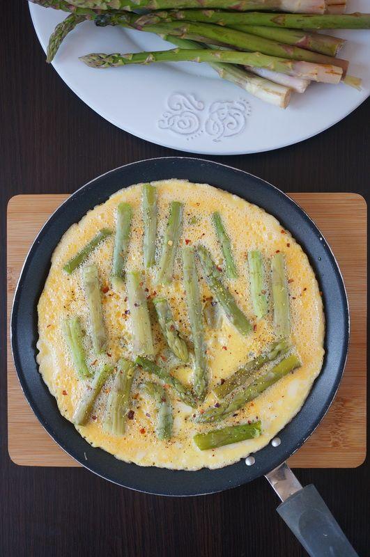 Omlet z zielonymi szparagami http://fantazjesmaku.weebly.com/blog-kulinarny/omlet-z-zielonymi-szparagami