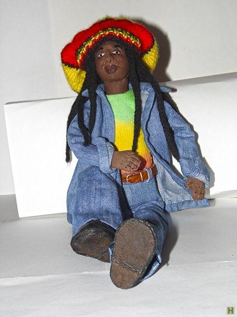 """Кукла """"регги"""" купить недорого в интернет магазине товаров ручной работы  HandClub.ru  Творчество Боба Марли и солнечная музыка регги зародило идею о создании куколки растамана. И вот, идея воплотилась в жизнь. Встречайте, вот он Раста - жизнерадостный, свободный, легкий, с дредами и в шапочке окрашенной в цвета эфиопского флага.  Размер: 40 cм"""