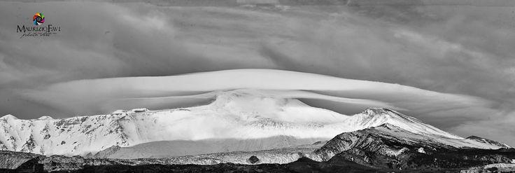 il vulcano più alto di Europa l'Etna con rare nubi lenticolari