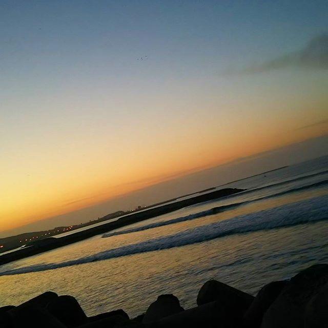 【lovebeach.surf】さんのInstagramをピンしています。 《* * 千葉北🌊@G 無風 もも腰かな!? nobody😉 * * GM~(*´∀`)💕 * 綺麗な朝焼け見れて幸せな1日の始まり~✨🌄✨ * 予想通りなサイズダウンだけど💦 とりまここから~🌊💕 * 行ってきます🏄🎵 * みなさんも素敵な週末を😌❤ * * #寒い~((+_+))❄💦 #朝焼け #サーフィン #波乗り #海 #千葉北 #ロングボード #波情報 #他はまだハードかな~? #午後からは安を狙う予定🌊🎯》