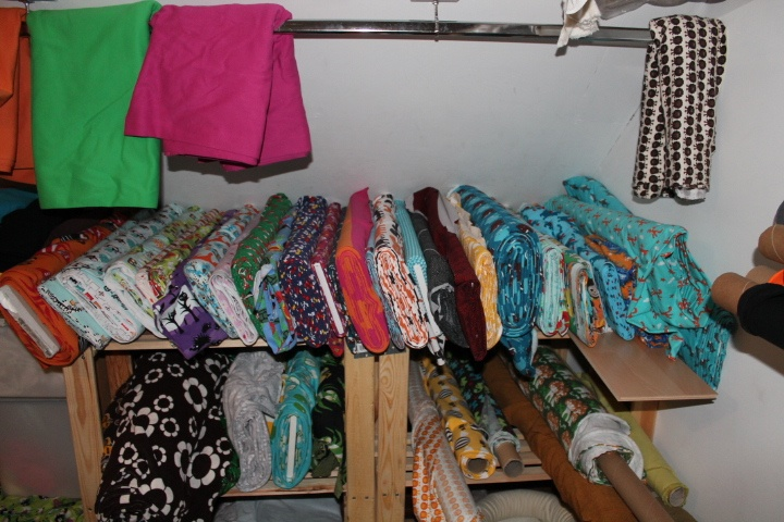 Tässä yläkerran kangasvarastoa, kun lapsi auttoi järjestämisessä.