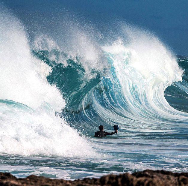 Cheio de surpresas, de cor intensa e ondas vibrantes, o mar é um dos grandes protagonistas em fotografias, sempre embelezando as paisagens com seu tamanho absurdo. A força bruta do mar é tema quase diário das fotos deClark Little, surfista e fotógrafo num lugar onde o mar é motivo de procura por parte dos esportistas: o Havaí. A segunda p...