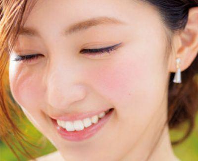 【プチプラ】美容オタク・有村実樹オススメ!夏メイク アイテム12選   夏らしいツヤ肌が狙いなので、頬にはお粉をのせず、チークもクリームタイプをチョイス。 頰骨の高い位置中心にのせれば、あどけなさも。   #anecan #beauty #夏メイク #有村実樹 #mikiarimura