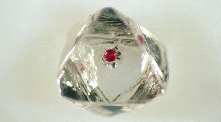 PEDRA REVELA A VIOLÊNCIA DA FORMAÇÃO DA TERRA – Tamanho e pureza costumam ser documento no mundo dos diamantes, mas não no caso desta pedra bruta em forma de octaedro. Com inclusão parecida c…