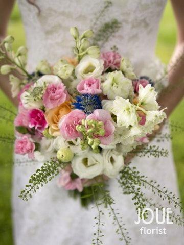 Malá letní svatba v přírodě, nevěsta a svatební kytice