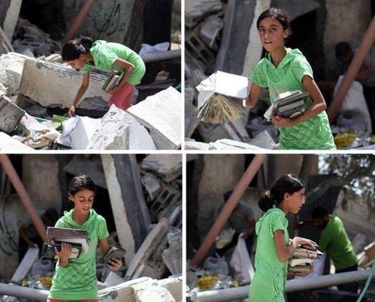 Gaza, la bambina che cerca i libri fra le macerie della sua casa