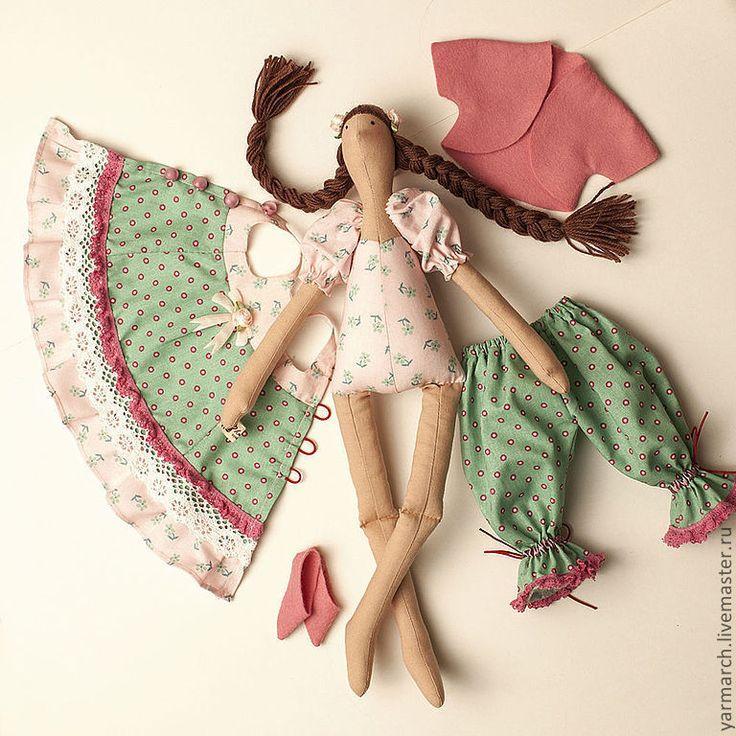 Эту куклу в мятном платье с кружевами можно подарить девочке.